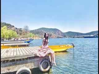 泸沽湖边文艺美女写真桌面壁纸