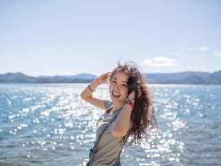 泸沽湖边美女写真高清壁纸