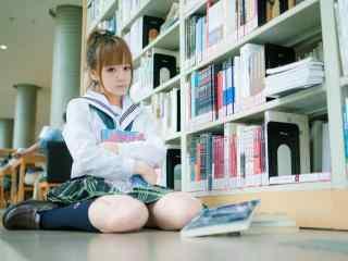 图书馆中的美女桌面壁纸