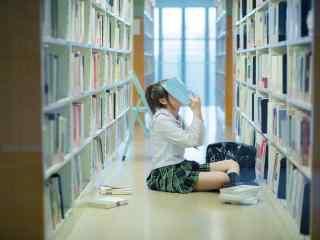 图书馆中的JK制服美女壁纸