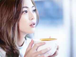 王妍之手捧咖啡唯美写真壁纸
