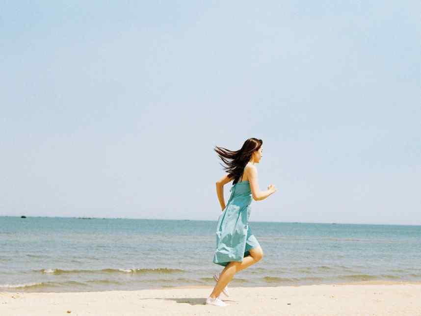 梁洁海边奔跑的少女桌面壁纸