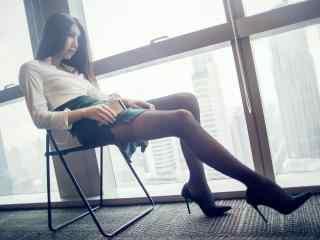 成熟美女大長腿寫真壁(bi)紙