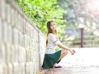 長腿美女夏日寫真桌面壁(bi)紙