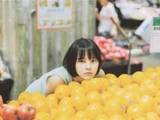 橙子堆里的短發(fa)美(mei)女圖片壁紙
