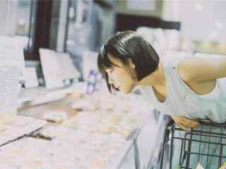 可愛(ai)的短發(fa)美(mei)女時尚(shang)寫真圖片