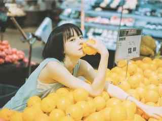 橙子堆里的小清新短发美女