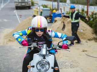 电影版使徒行者钉姐骑摩托剧照