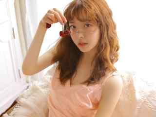 空气刘海卷发美眉粉色吊带睡裙秀色娇俏性感居家写真