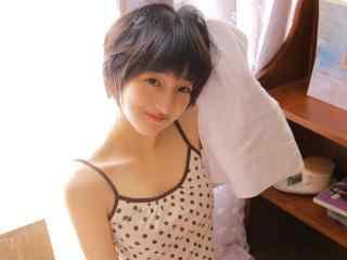 甜美短发萝莉美女高清桌面壁纸