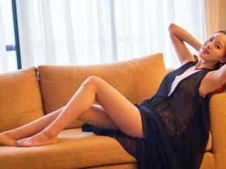 黑色裙子性感美腿美女高清电脑桌面壁纸