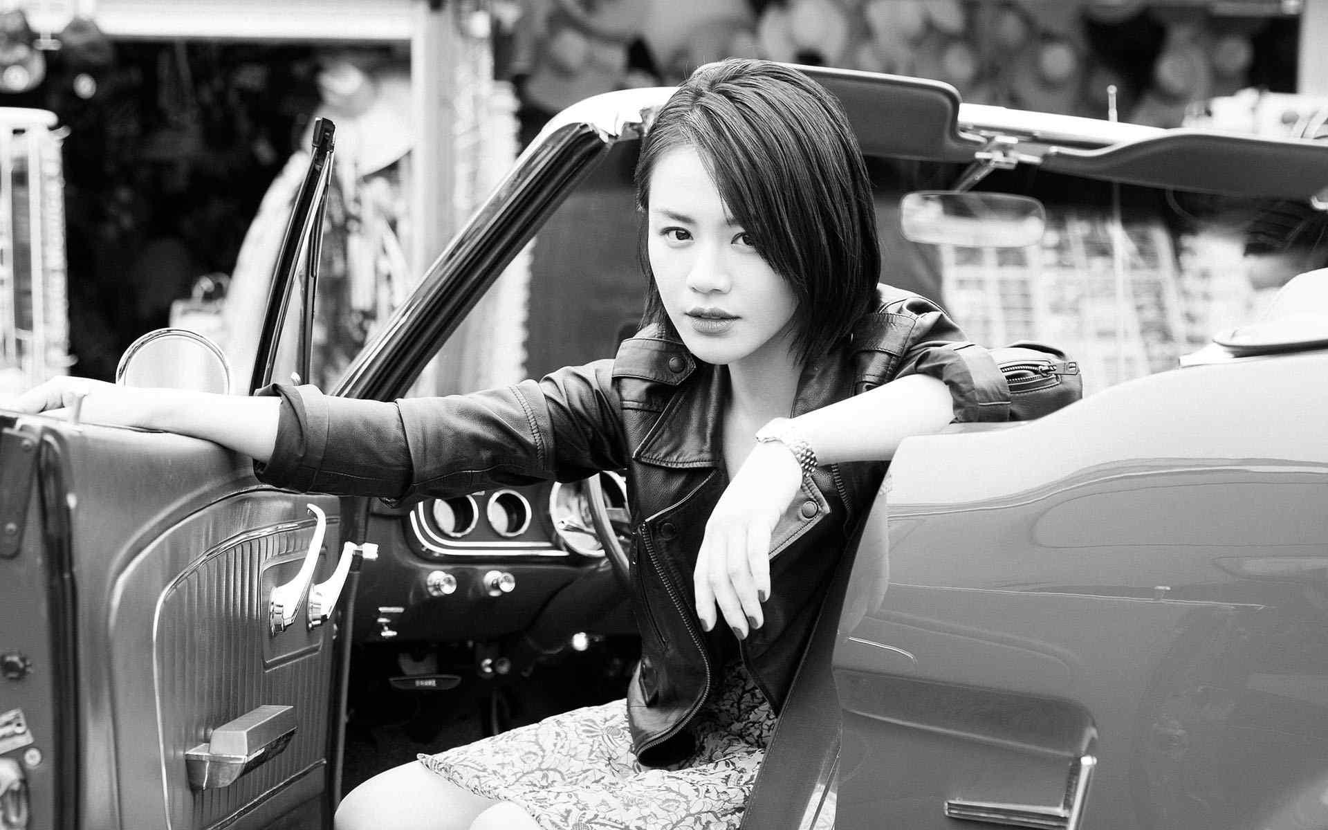 马思纯黑白时尚帅气短发图片