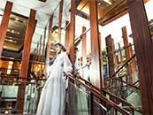 站在楼梯口的白衣长裙安悦溪超清唯美桌面壁纸图片