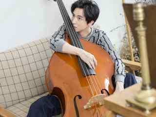 歌手薛之谦手抱大提琴桌面壁纸下载