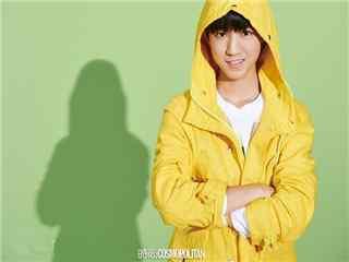 王俊凯时尚杂志拍摄黄色卫衣帅气桌面壁纸