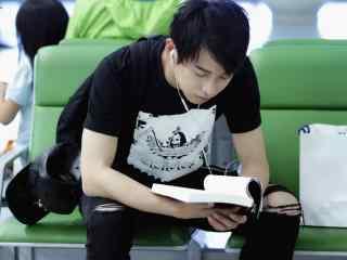 彭昱畅机场安静看书听歌桌面壁纸