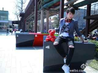 彭昱畅时尚街拍桌面壁纸