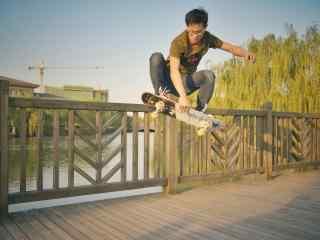 滑板少年高清图片桌面壁纸