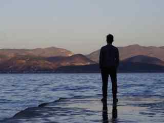 大理洱海唯美意境背影图片桌面壁纸