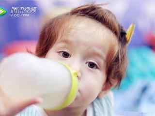可爱jackson喝奶萌态桌面壁纸