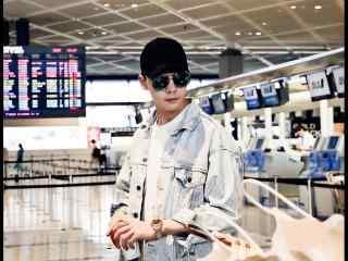 陈伟霆机场时尚潮流街拍桌面壁纸