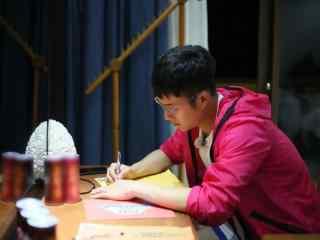 韩东君可爱写字桌面壁纸