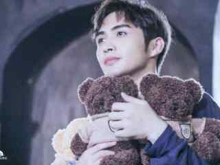 张彬彬抱小熊熊电脑壁纸