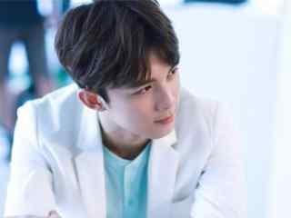 吴磊白色西装天真可爱最帅图片