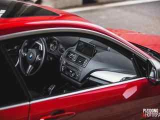 红色宝马汽车内部