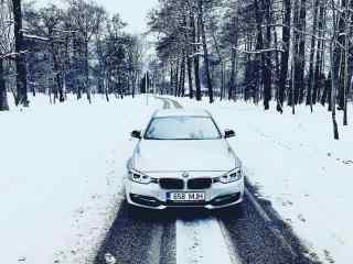 大雪中行驶的宝马汽车桌面壁纸