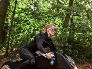 美女驾驶宝马概念摩托车桌面壁纸