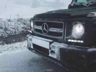 大雪覆盖的奔驰越野车桌面壁纸