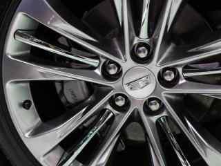 凯迪拉克汽车轮胎精美桌面壁纸