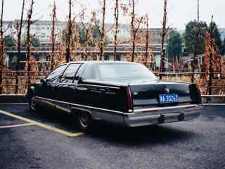 复古摩登的凯迪拉克轿车桌面壁纸