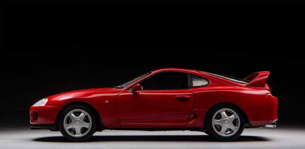 可爱的红色丰田汽车车模壁纸