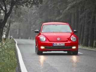 雨中的红色大众汽车风景壁纸
