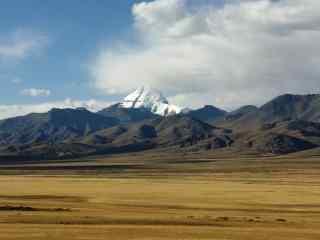大草原上的冈仁波齐峰景象桌面壁纸