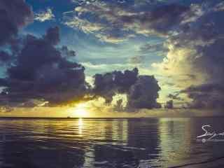 夕阳下的大海与天空桌面壁纸