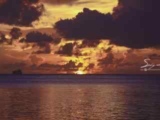 黄昏时大海上的天空桌面壁纸