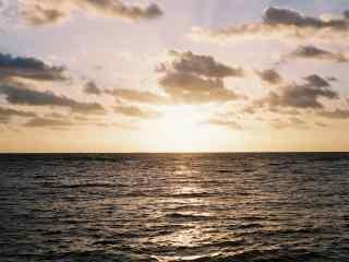 夕阳下的天空与大海桌面壁纸