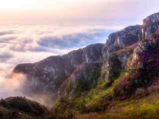 彩霞笼罩在高耸入云的山峰桌面壁纸