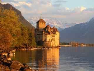 夕阳下坐落在河畔的城堡桌面壁纸