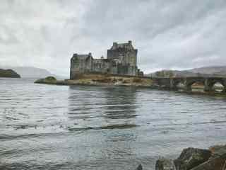 坐落河畔的苏格兰城堡桌面壁纸