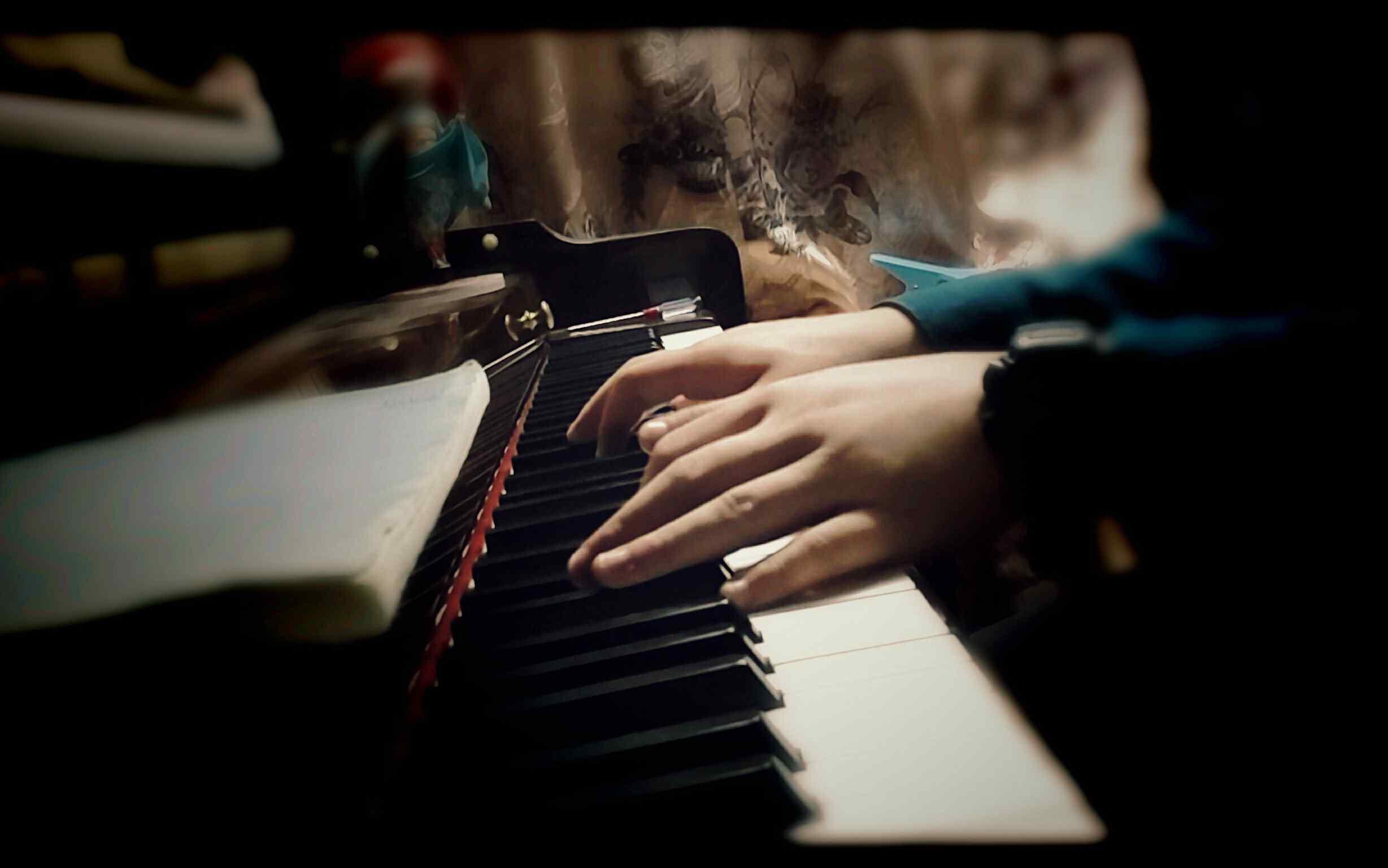 古典美女桌面_弹钢琴的人唯美图片桌面壁纸 -桌面天下(Desktx.com)