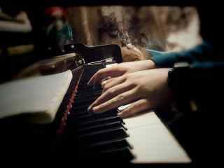 弹钢琴的人唯美图片桌面壁纸