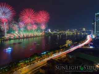 绚丽长江边的新年烟花图片