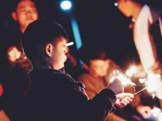 可爱的小男孩玩焰火喜庆过节图片