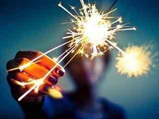 创意美女手拿焰火图片