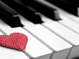 钢琴上的爱心唯美图片高清桌面壁纸