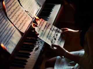 美女弹钢琴颓废图片非主流桌面壁纸
